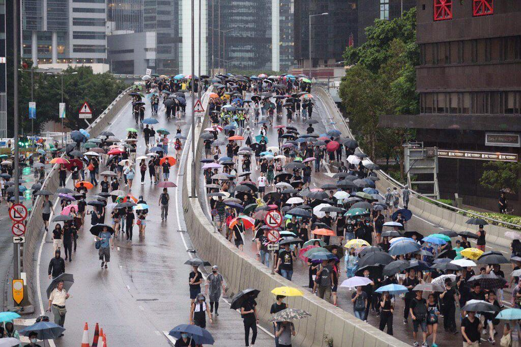 В Гонконге на улицы вышли сотни тысяч протестующих