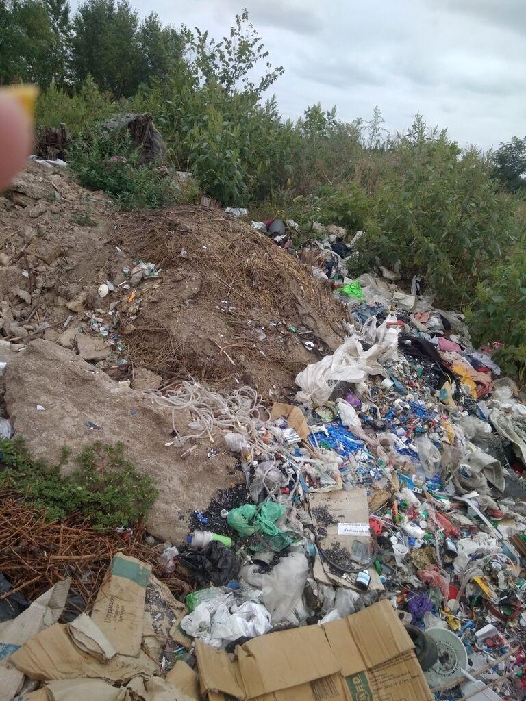 Крапельниці і шприци викинули зі звичайним сміттям