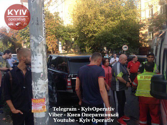 У Києві Range Rover зіткнувся з Tesla
