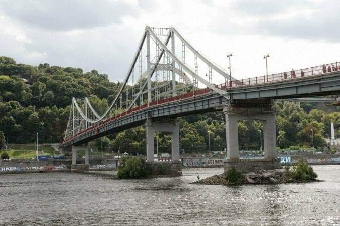 У Києві в Дніпро завалився бетонний міст