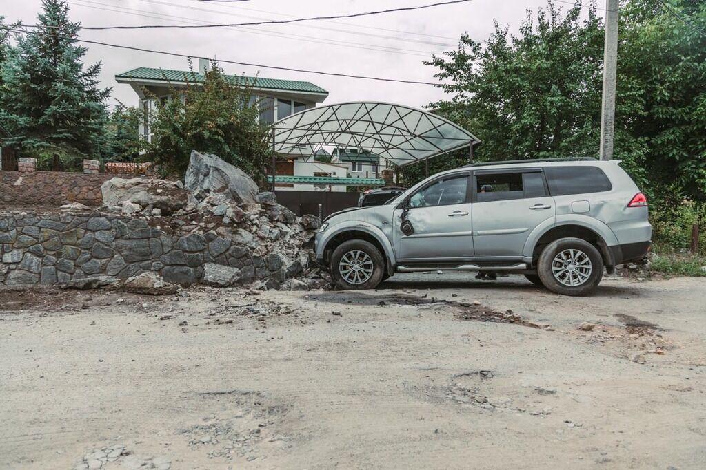У Дніпрі автомобіль врізався в камені і перекинувся