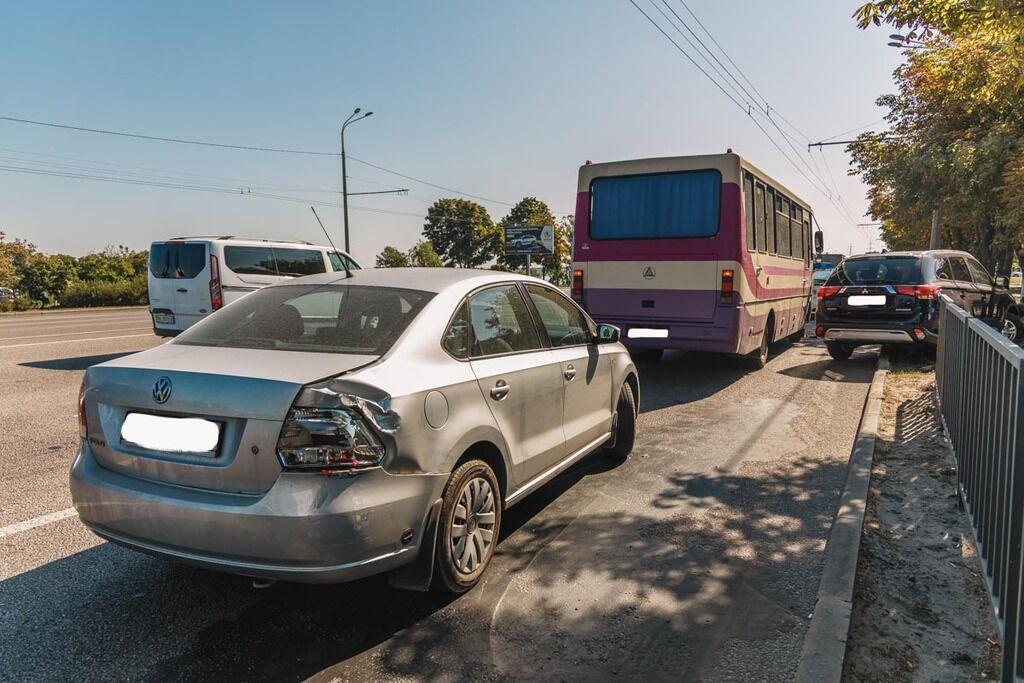 Маршрутка встигла зачепити Volkswagen