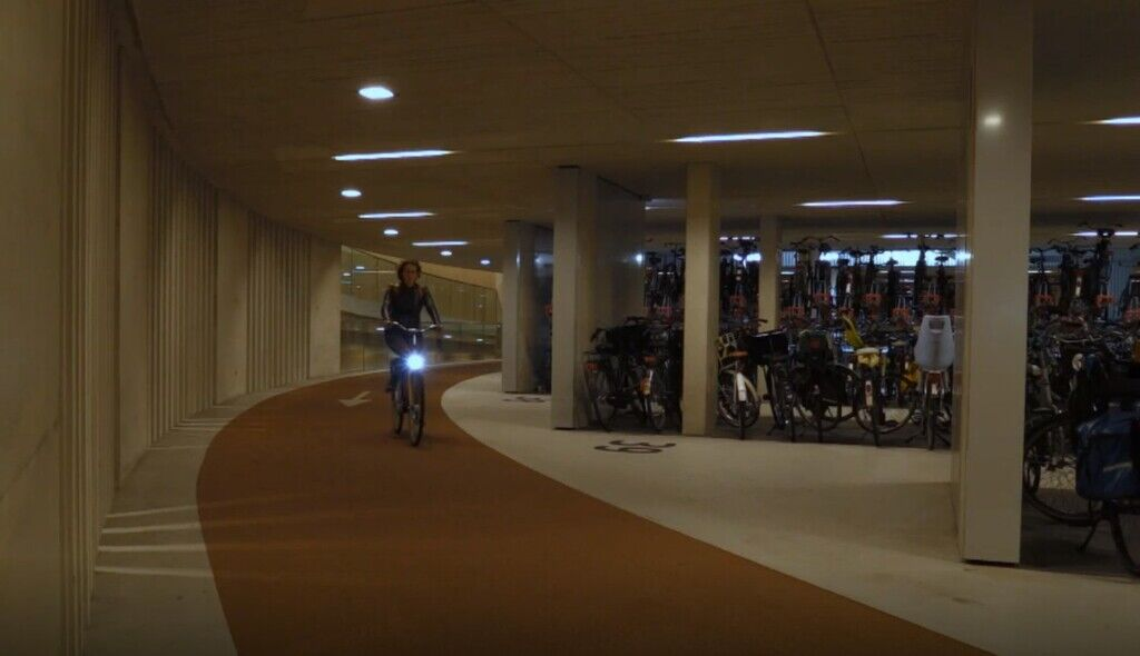 По велодорожке можно ехать в двух направлениях