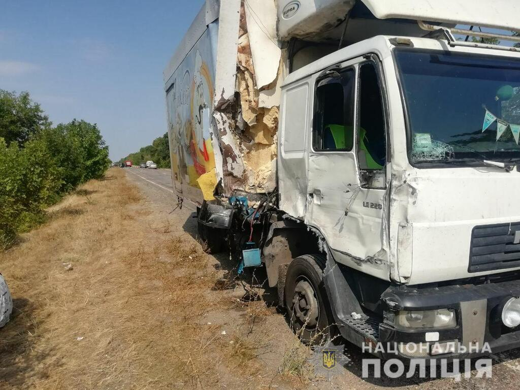 Позашляховик виїхав на зустрічну смугу і зіткнувся із вантажівкою