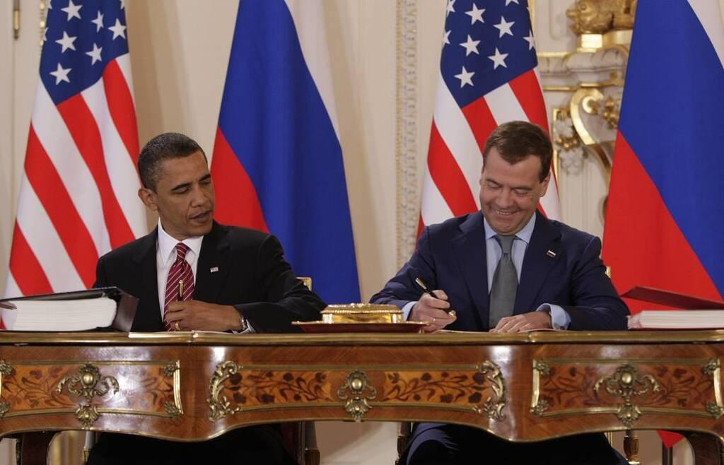Барак Обама и Дмитрий Медведев во время подписания Договора СНВ-3