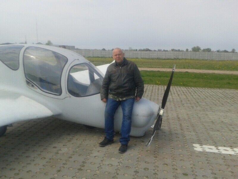 Головач зі своїм літаком