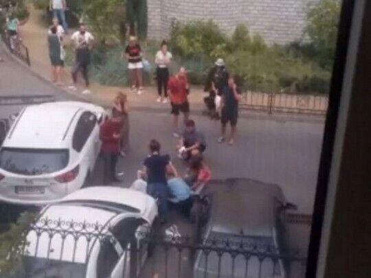 Аварія на Дніпровській набережній, 19 а. Авто заднім ходом на великій швидкості збило матір і дитину