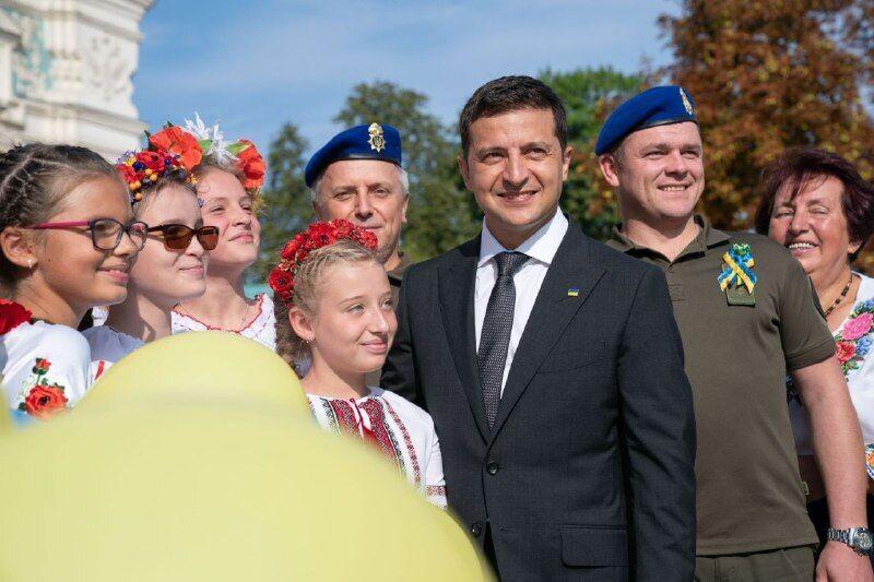 Президент Владимир Зеленский принял участие в торжественном поднятии флага Украины