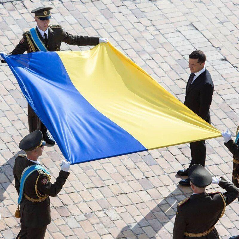 На Софийской площади прошло торжественное поднятие украинского флага