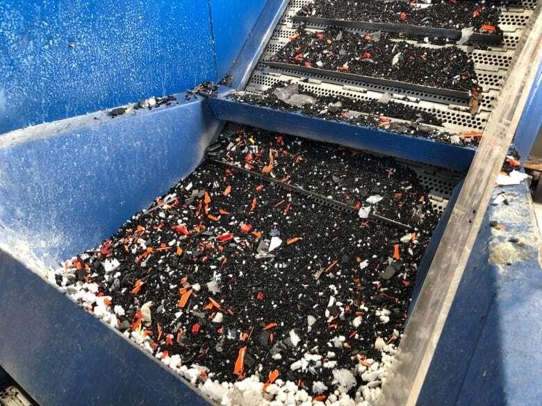 """Пластиковые отходы измельчают и отправляют в """"плиту"""", где их разогревают"""