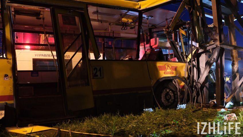 В России автобус влетел в трубопровод: десятки раненых. Фото и видео с места ДТП