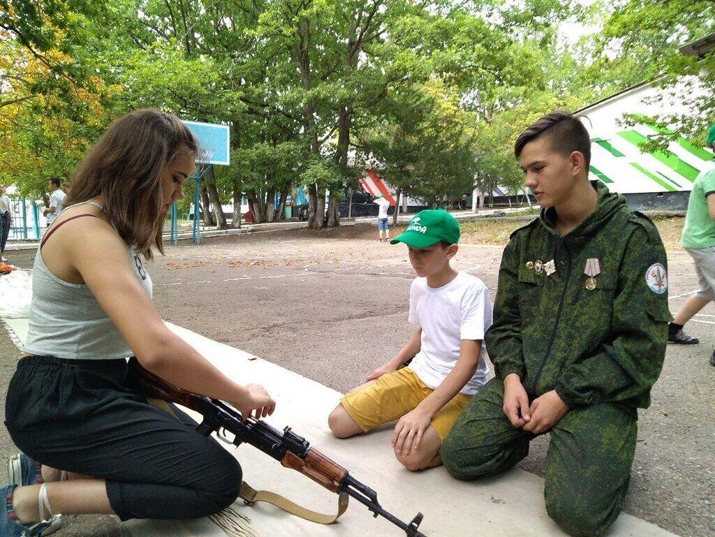 Дітей одягнули у форму в Криму