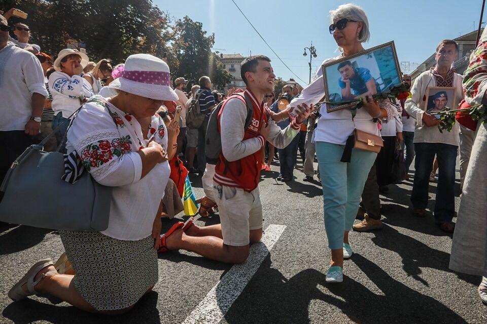 Хлопець на Марші захисників стояв на колінах і плакав