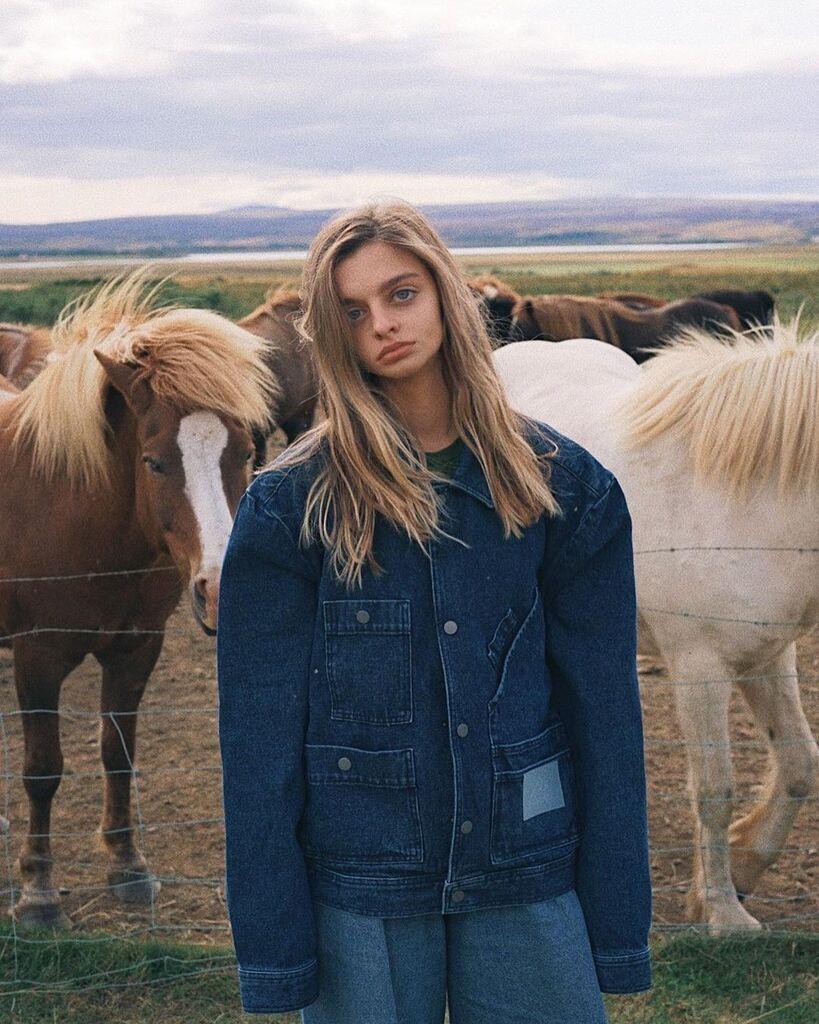Мария Оз на фоне лошадей