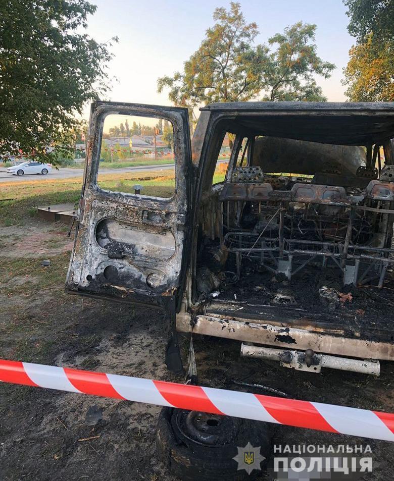 У Києві невідомі запустили у автомобіль із людьми сльозогінний газ, а потім підпалили авто