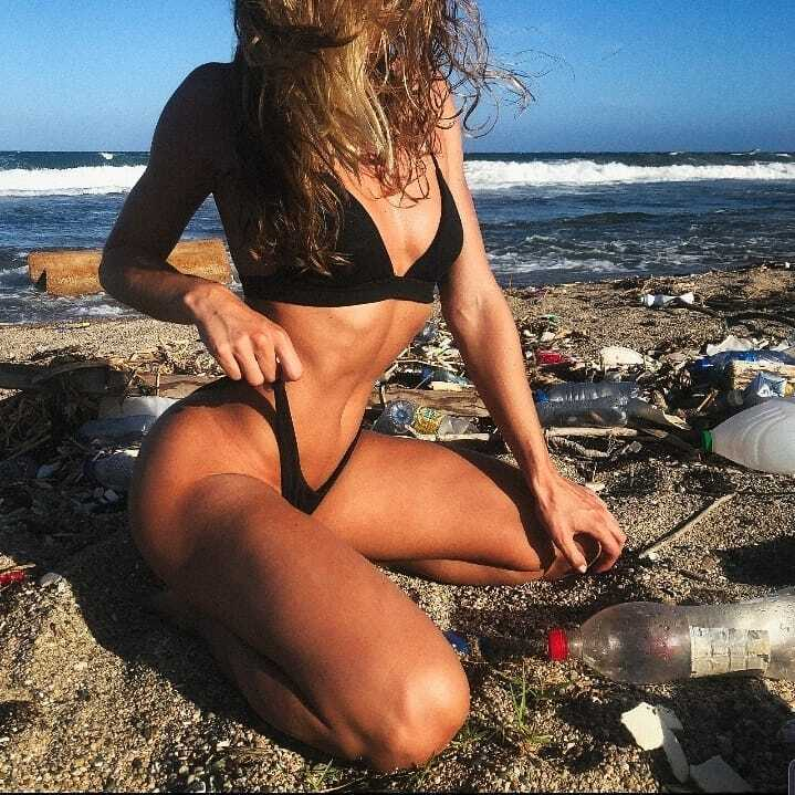 Порноактриса на фоне мусора