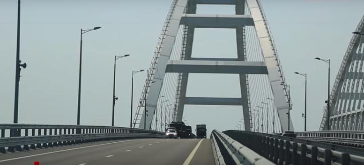 По Кримському мосту пронеслися військові колони: відео