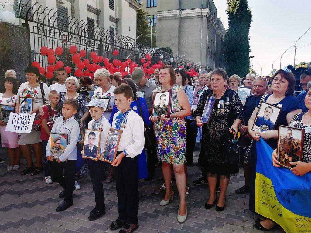 На мітинг прийшли матері, дружини і діти загиблих Героїв