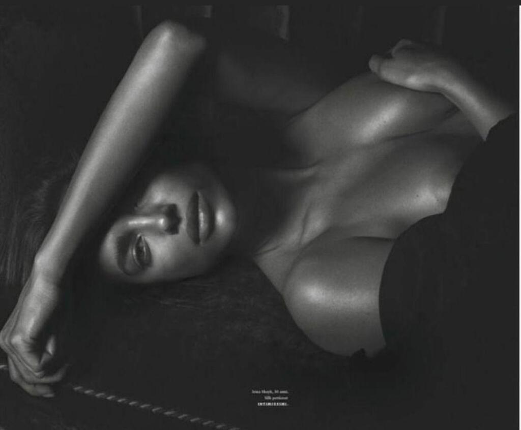 Ирина Шейк показала голую грудь: фото