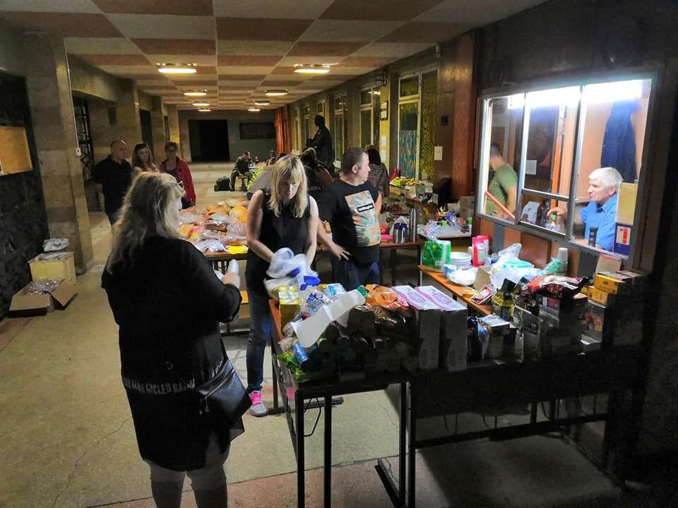 Горожане приносили еду даже среди ночи