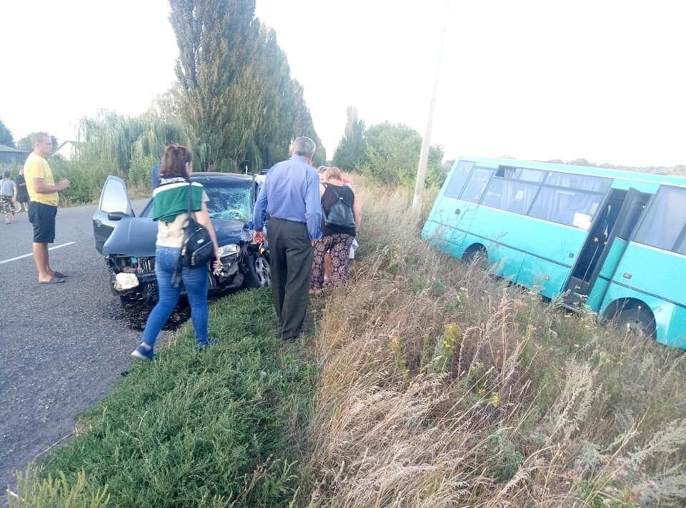 Маршрутный автобус с пассажирами в салоне столкнулся с легковушкой
