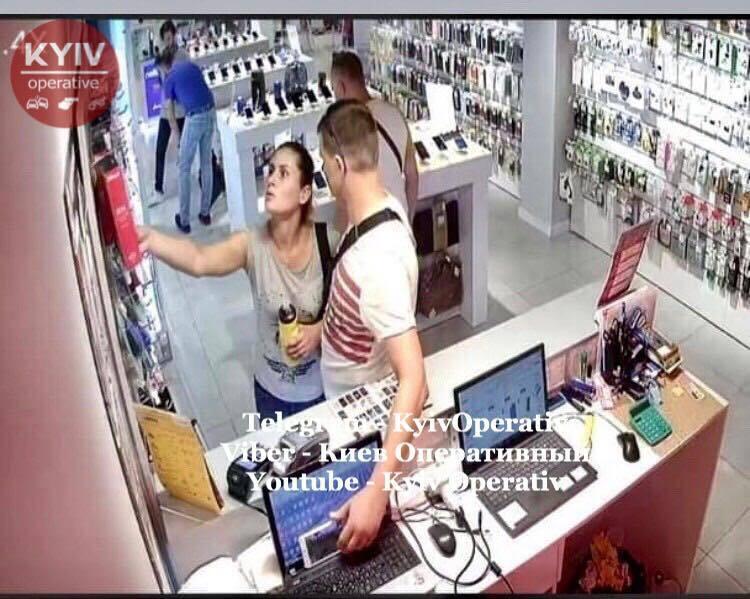 В Киеве пара устроила кражу в известном ТРЦ