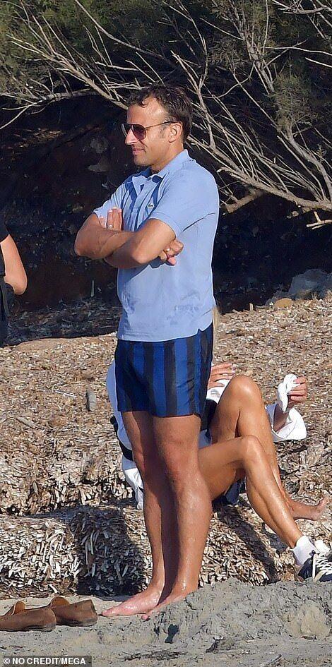 Эммануэль и Брижит Макрон на пляже