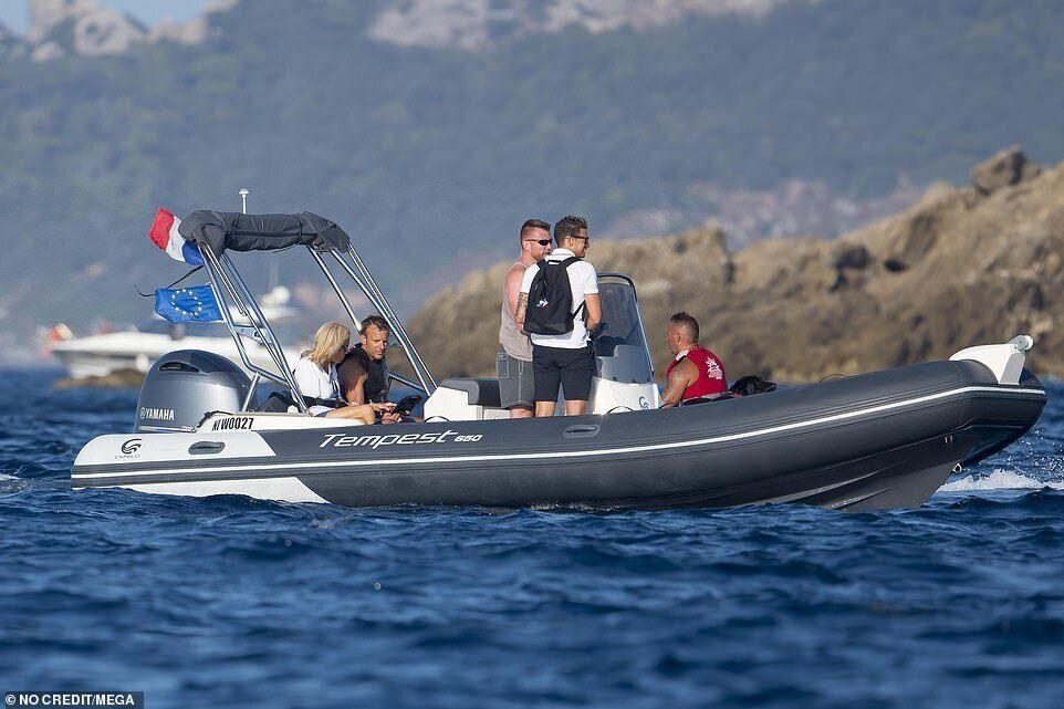 Президент Франции и первая леди на лодке