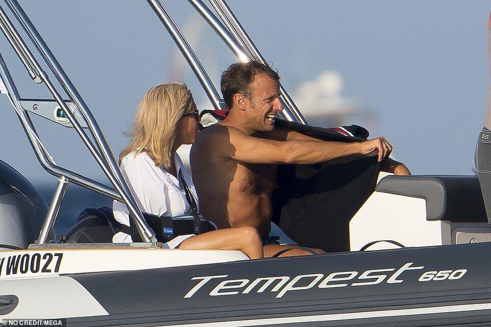 Эммануэль и Брижит Макрон во время лодочной экскурсии