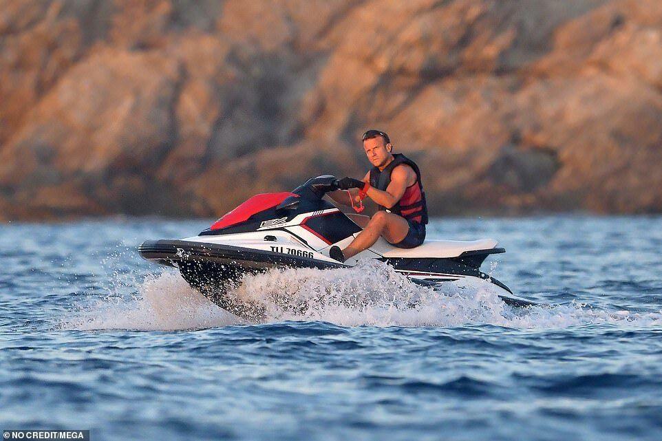 Макрон на водном мотоцикле