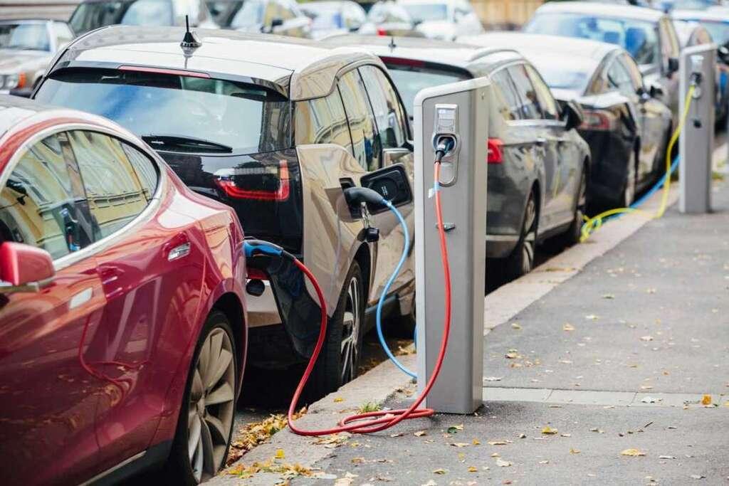 Щоб купити електромобіль, важливо розуміти, де його заряджати
