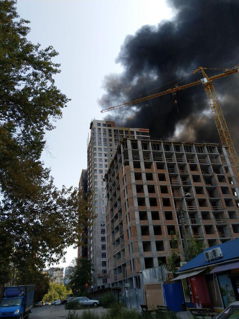 Примчались врачи и спасатели: в Киеве в новострое вспыхнул масштабный пожар