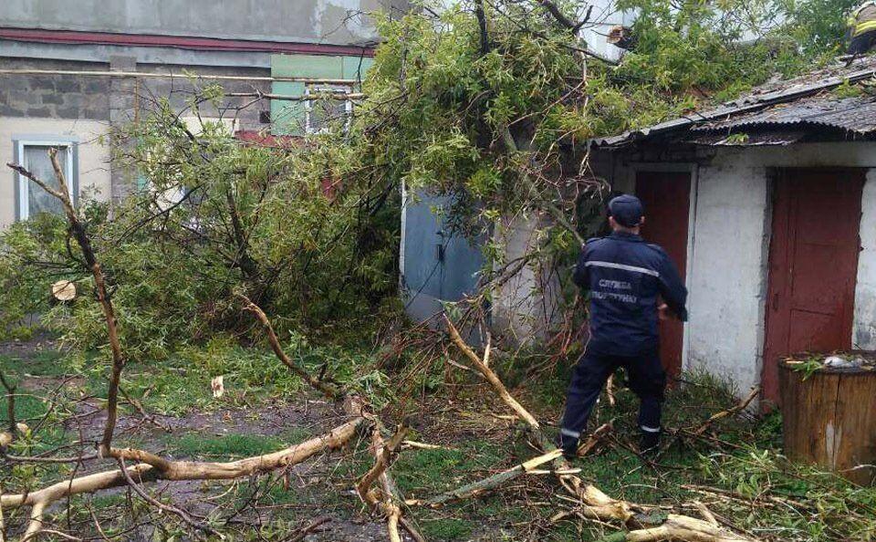 Рятувальники усувають наслідки бурі