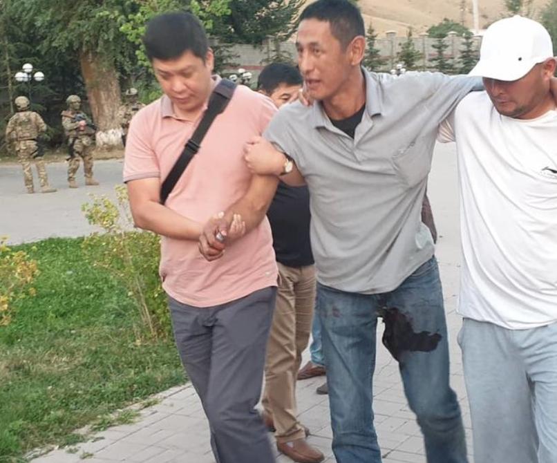 В Киргизии спецназ штурмовал дом экс-президента: много раненых