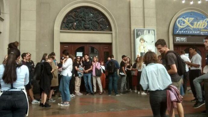 В Киеве возле культового кинотеатра собрался митинг: в чем дело photo