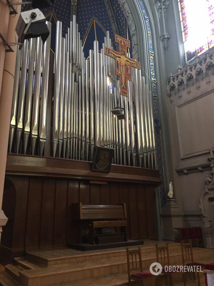 У головній залі костелу встановлено найбільший в Україні орган