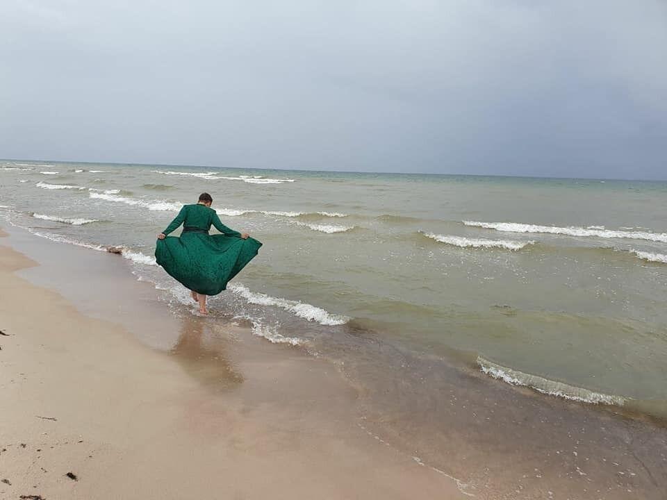 Надежда Савченко в зеленом платье на берегу моря