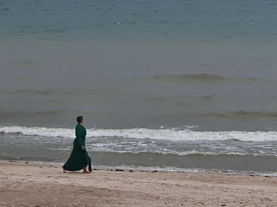 Надежда Савченко позировала в зеленом платье на берегу Балтийского моря