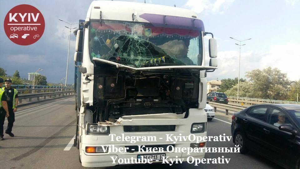 В Киеве столкнулись три фуры: в сеть попали фото аварии