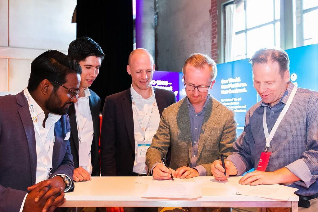 Підписання угоди для створення нової мережі електрозарядних станцій