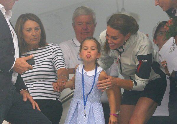 Шарлотта показує язика журналістам