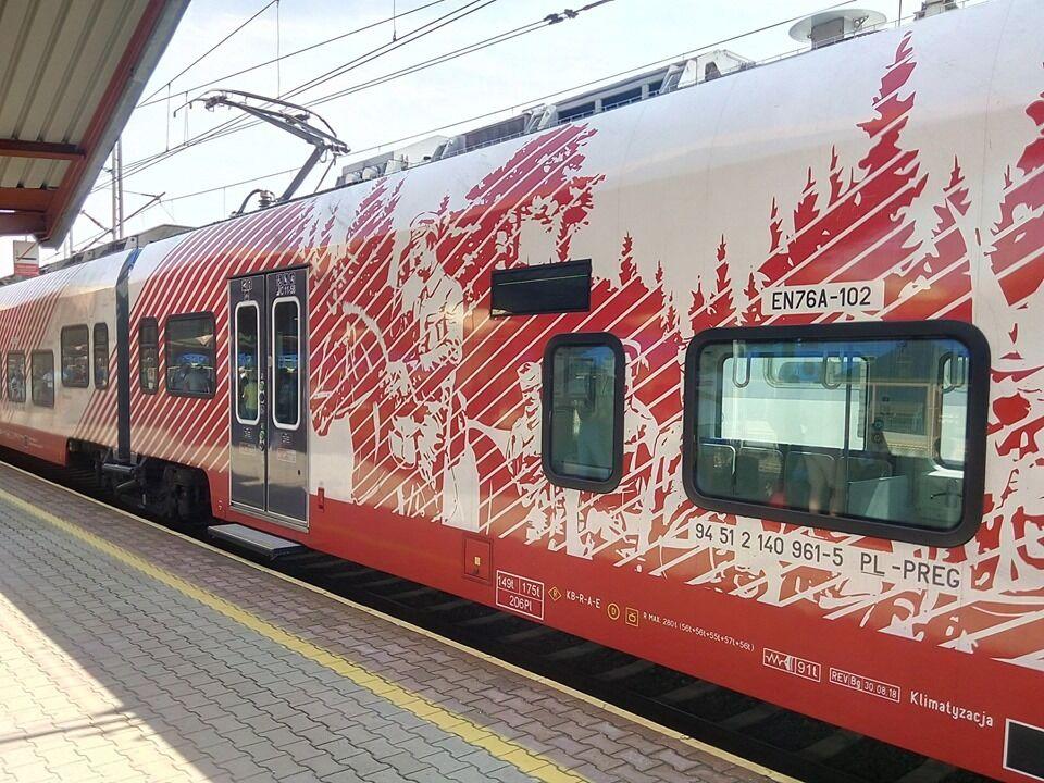 Поїзд із картою, на якій Львів і Рівне – Польща