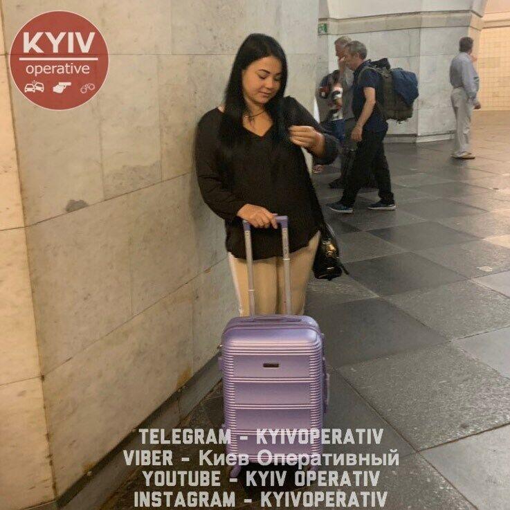 Шахрайка випрошує гроші в метро на квиток