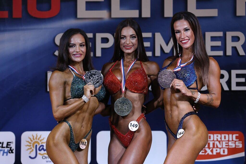 Оксана Бригидир (в центре)