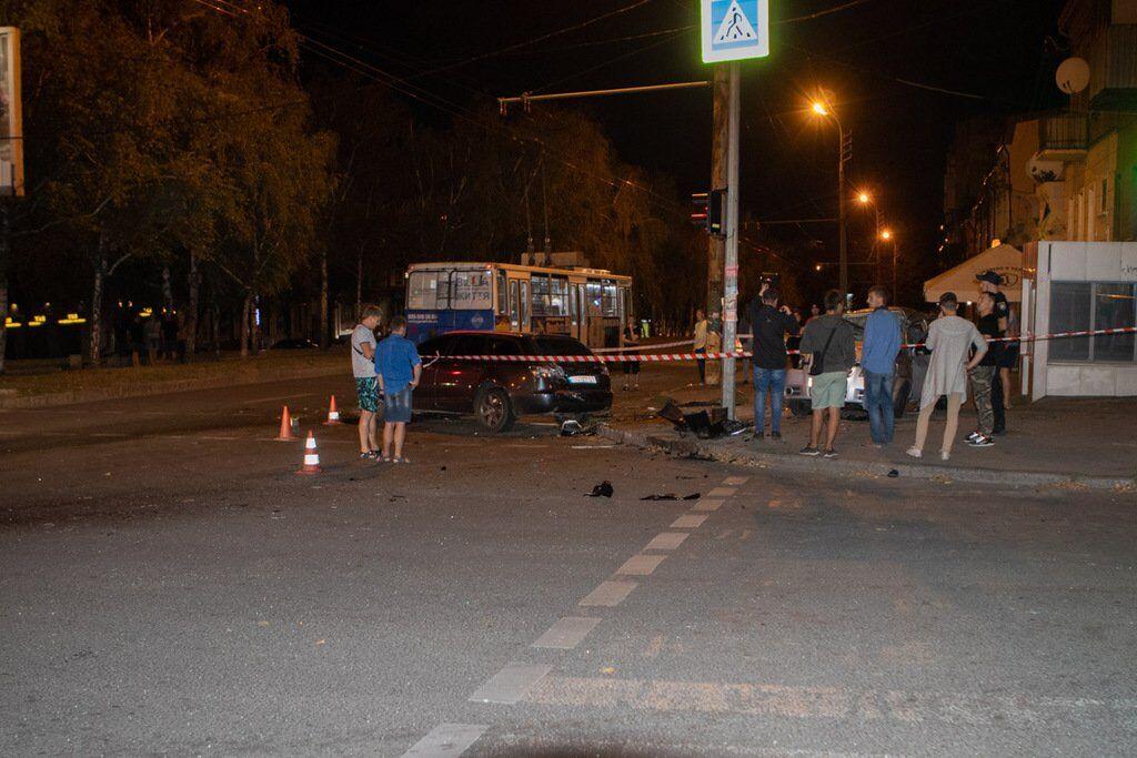 Від удару автомобіль викинуло на тротуар
