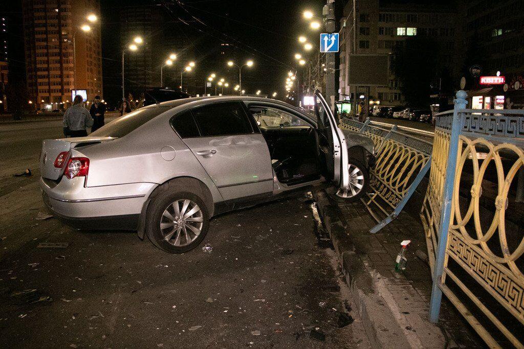 Внедорожник отбросило в Citroen службы такси Uber