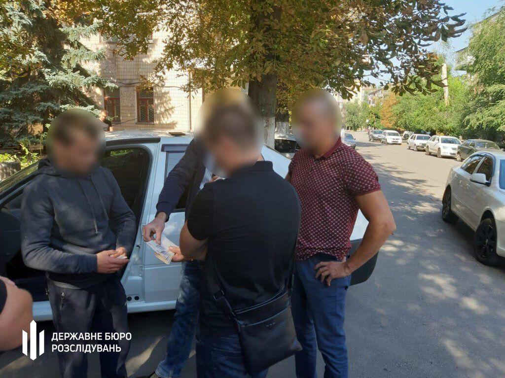 У Кривому Розі поліцейського спіймали на хабарі