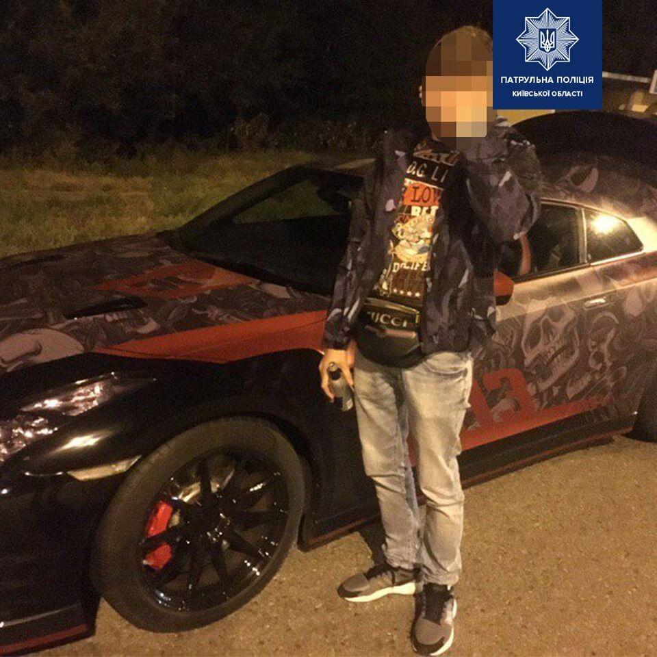 У місті Бориспіль Київської області патрульні поліцейські впіймали 21-річного озброєного пістолетом водія-гонщика