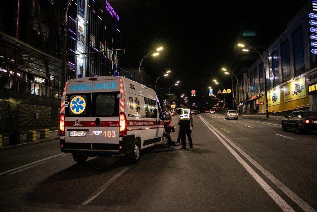 """Біля ТРЦ """"Космополіт"""" зіткнулися легковик та автомобіль швидкої медичної допомоги"""