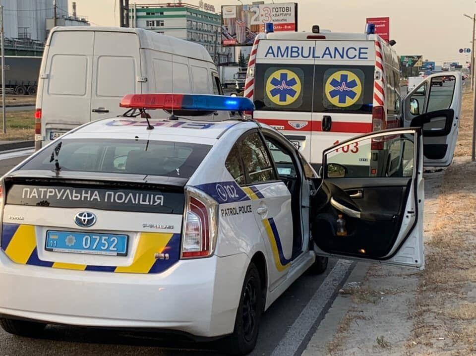 В Оболонском районе Киева, на улице Богатырской, часть моста улицы Луговой обрушилась прямо на автомобиль